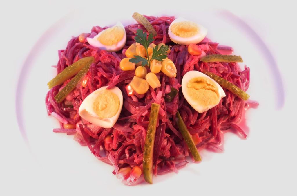 Ensalada de remolacha con cebolla y mahonesa